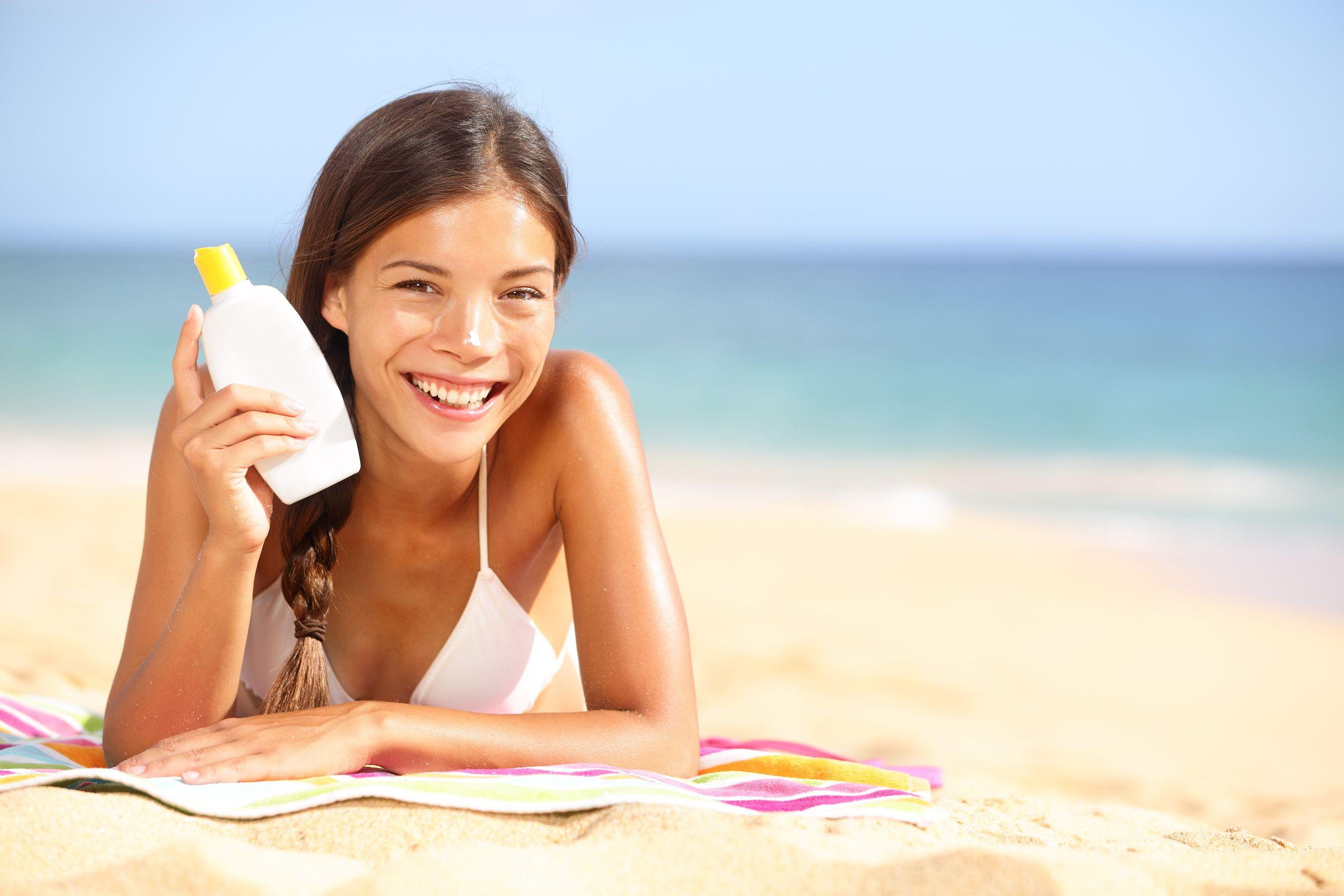 Mulher na praia segurando proteger