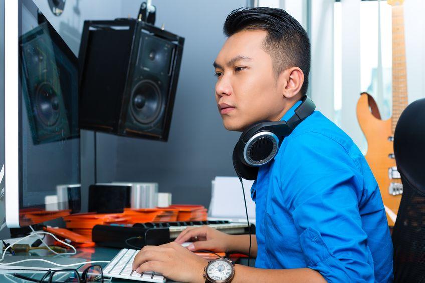 músico, produtor ou misturador asiático no estúdio de som