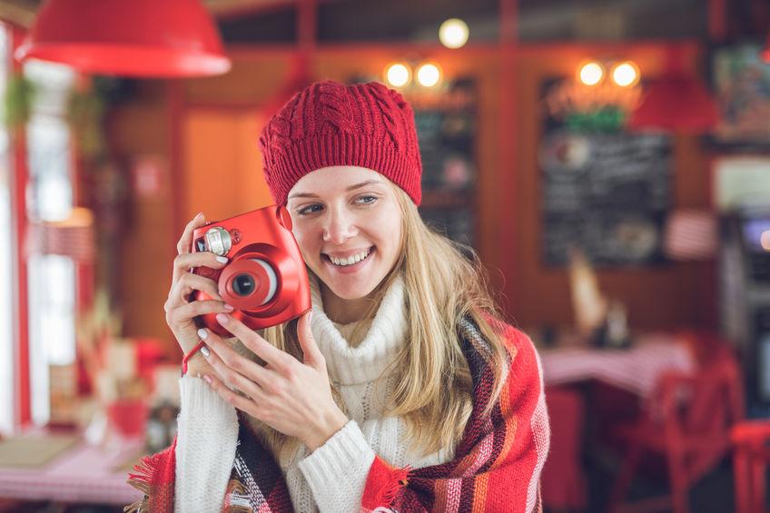 garota de vermelho com câmera instantânea