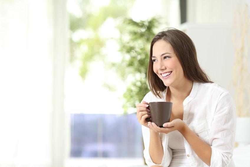 Mulher bebendo café ou chá em casa