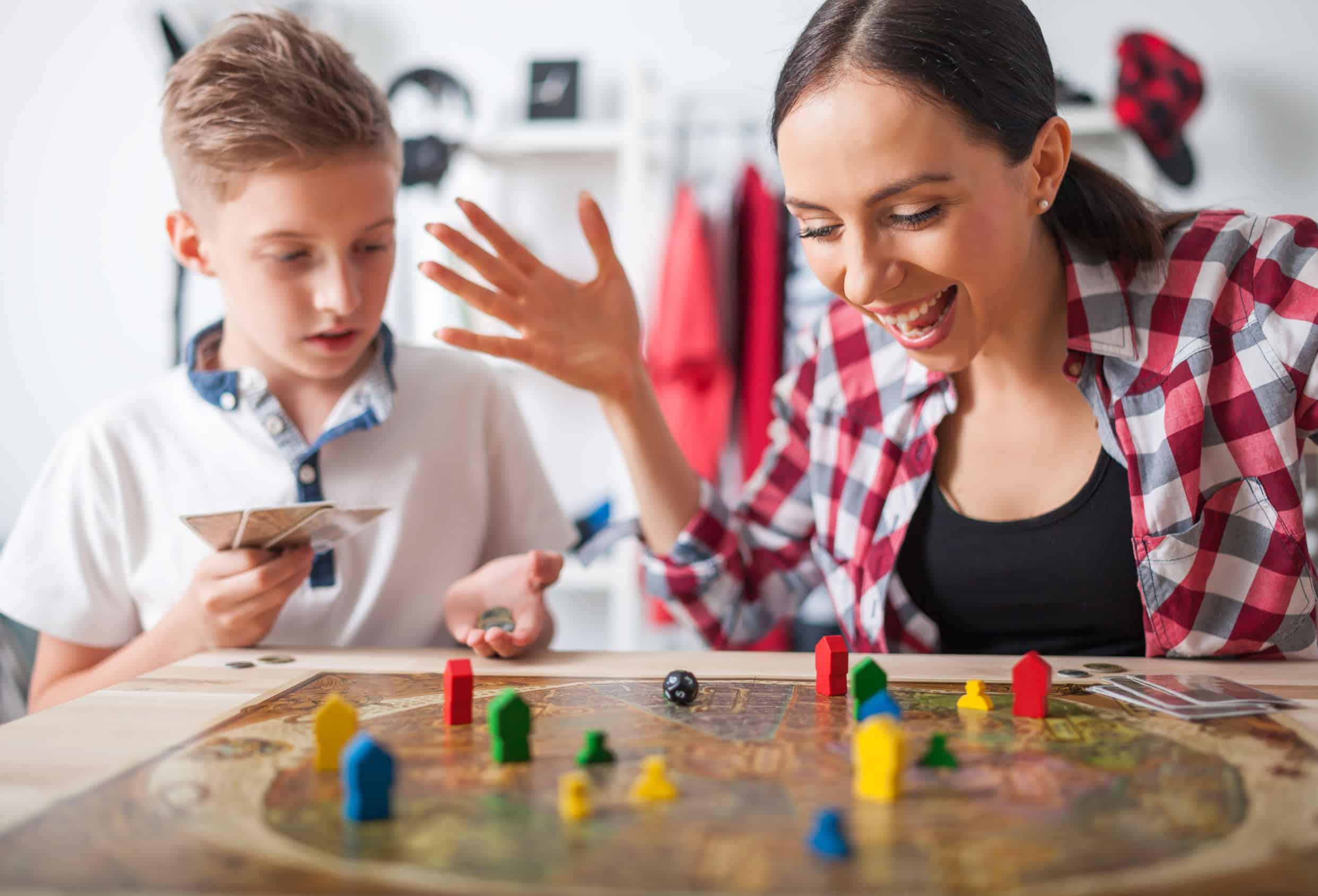 Mãe surpresa brincando com filho.