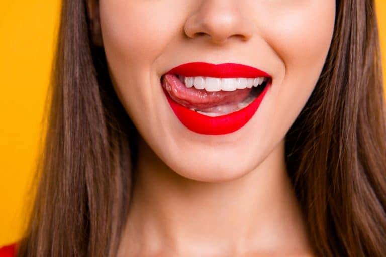 Boca de mulher com batom vermelho.