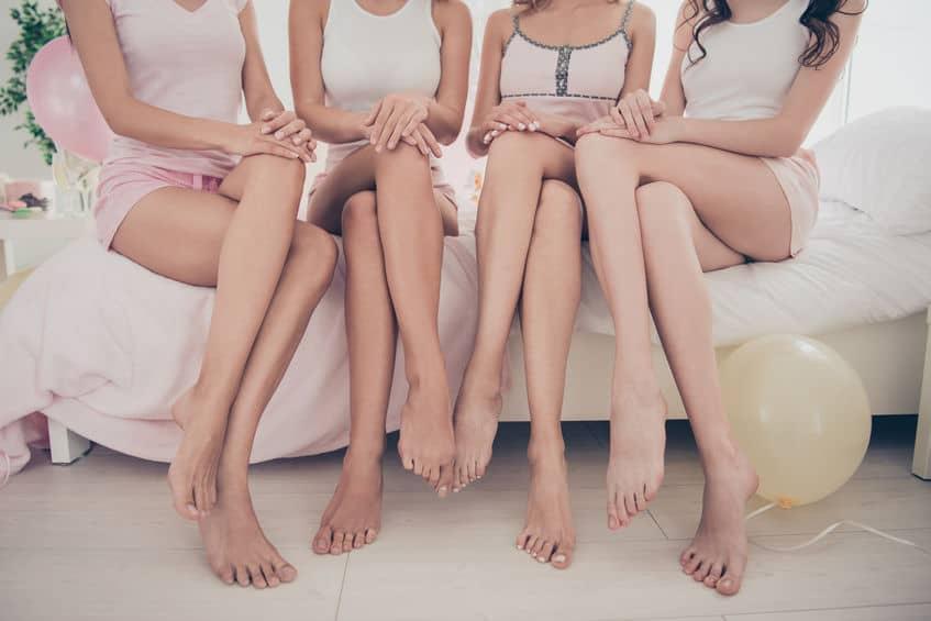 Imagem de pernas femininas.