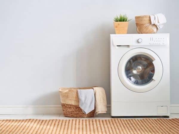 Imagem de máquina de lavar roupas branca.