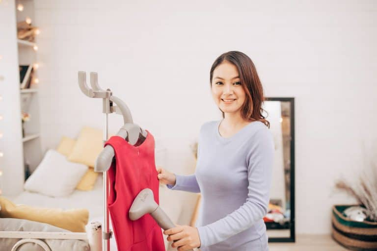 Imagem e mulher passando roupa.