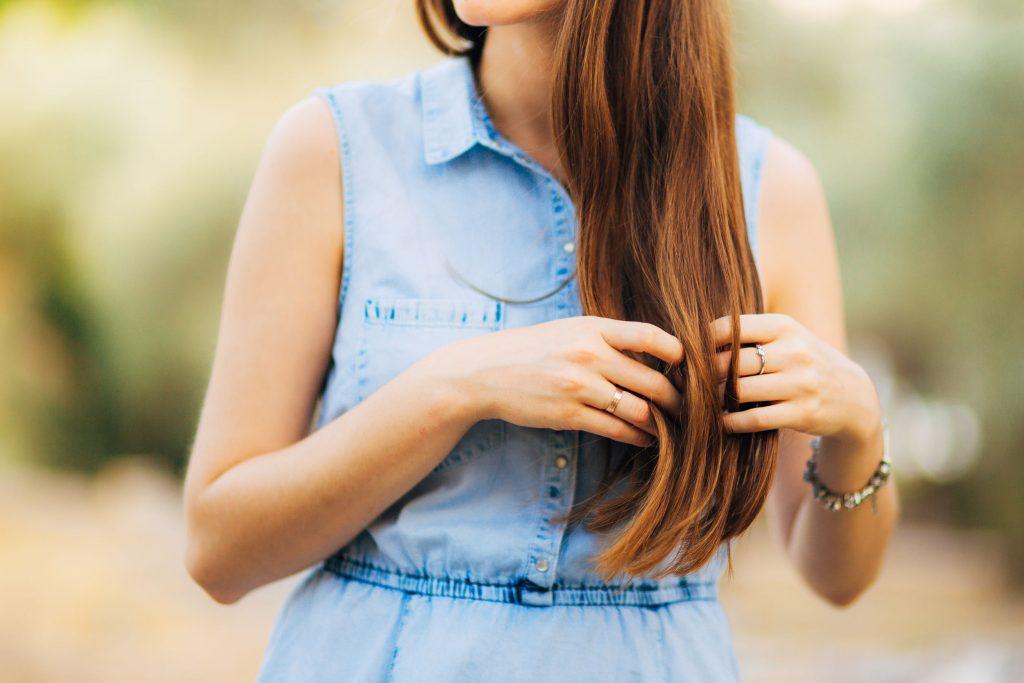 Mulher tocando seu cabelo