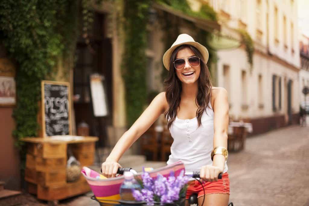 Imagem mostra uma mulher em uma bicicleta