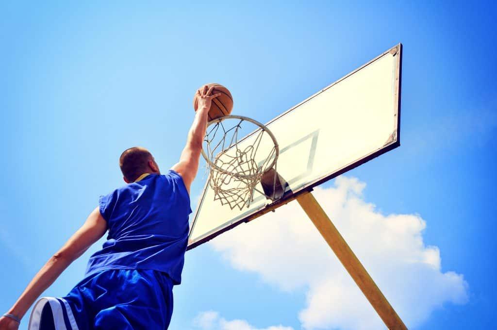 Imagem de homem jogando basquete.