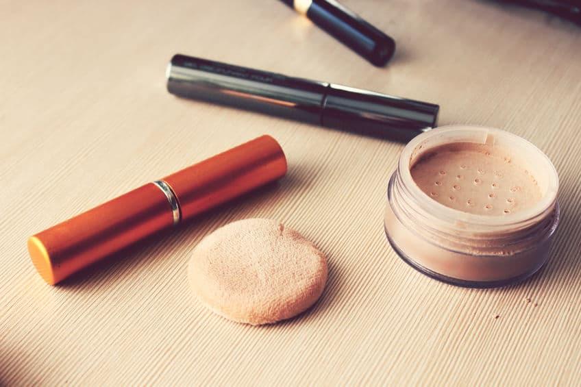 Maquiagens sobre mesa.