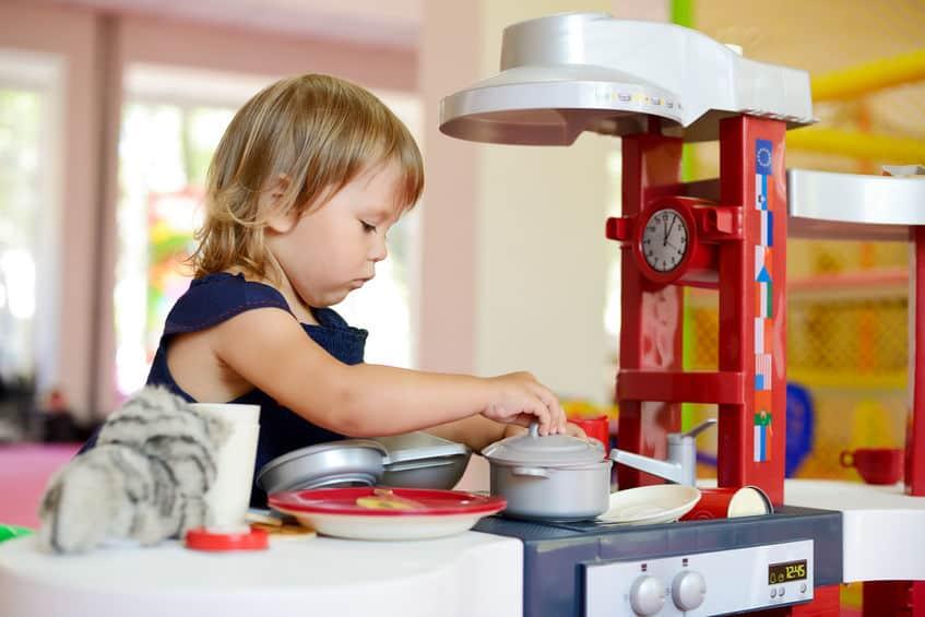 Criança brincando com panelas.