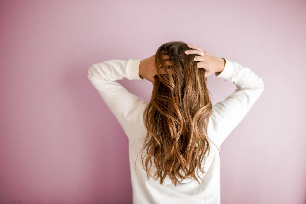 Mulher por trás tocando seu cabelo