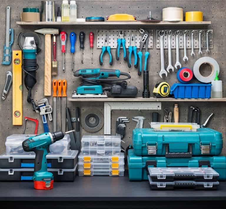 Mesa com diversas ferramentas e caixas de ferramenta.