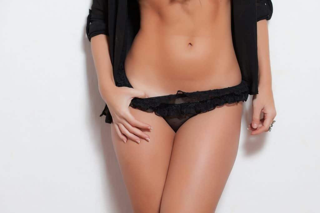 Mulher com lingerie sensual preta.