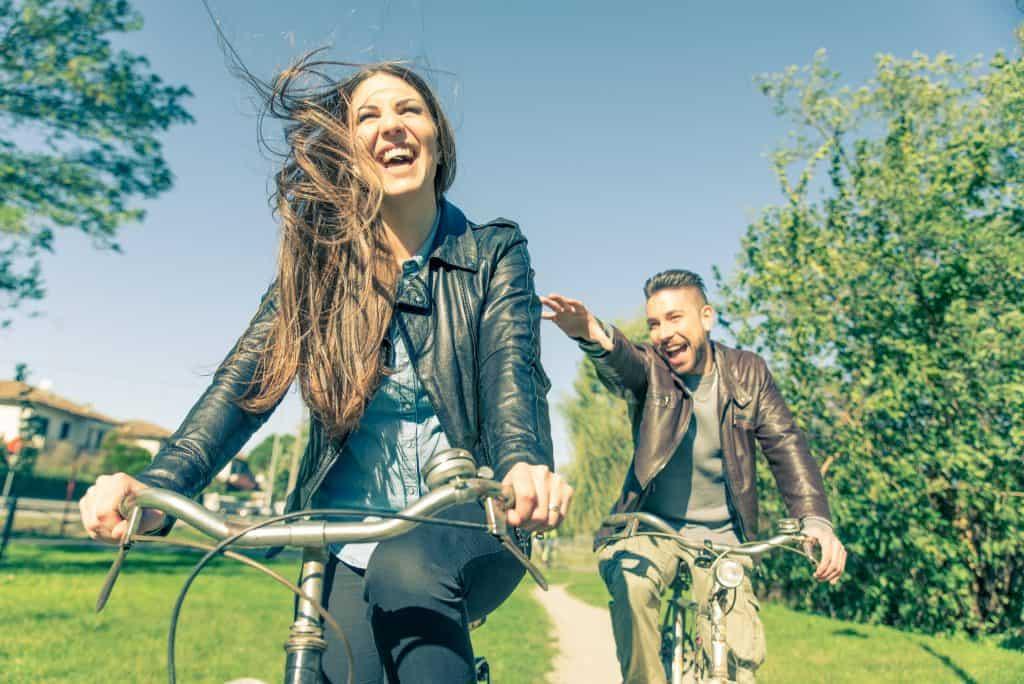 Imagem mostra um casal andando de bicicleta