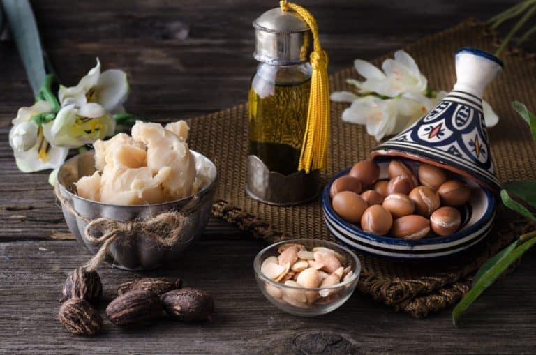 Sementes, óleos e manteiga sobre mesa.