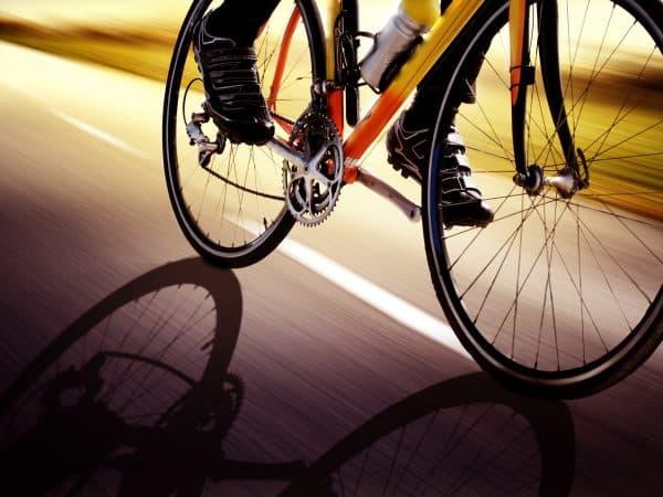 Imagem mostra uma pessoa pedalando em uma bicicleta