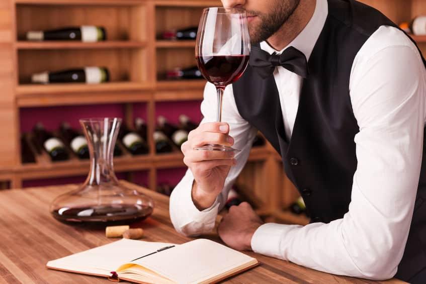 somelier degustando vinho