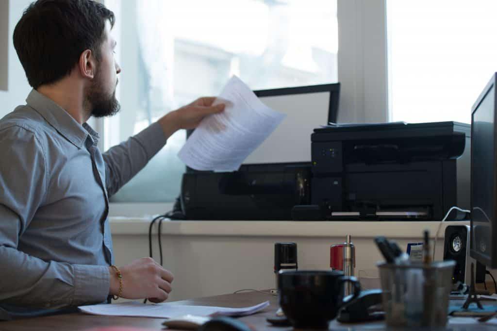 Homem trabalhando com impressora.