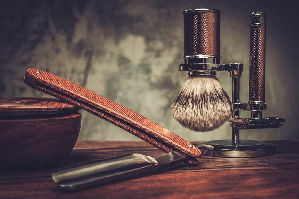 Imagem de acessórios para barbear sobre mesa.