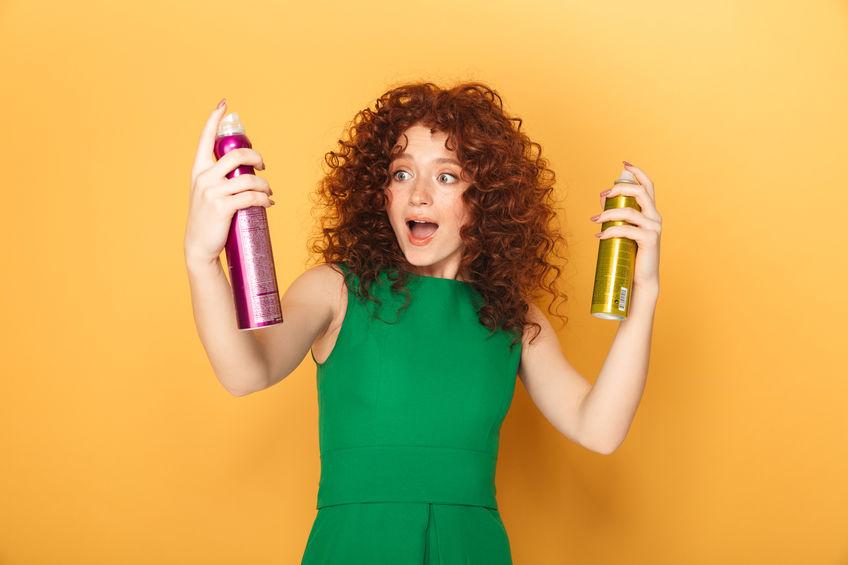 cabelo ruivo cacheado com dois shampoo spray seco