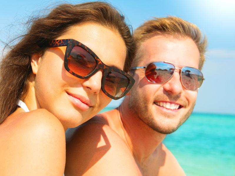 Um casal com óculos de sol