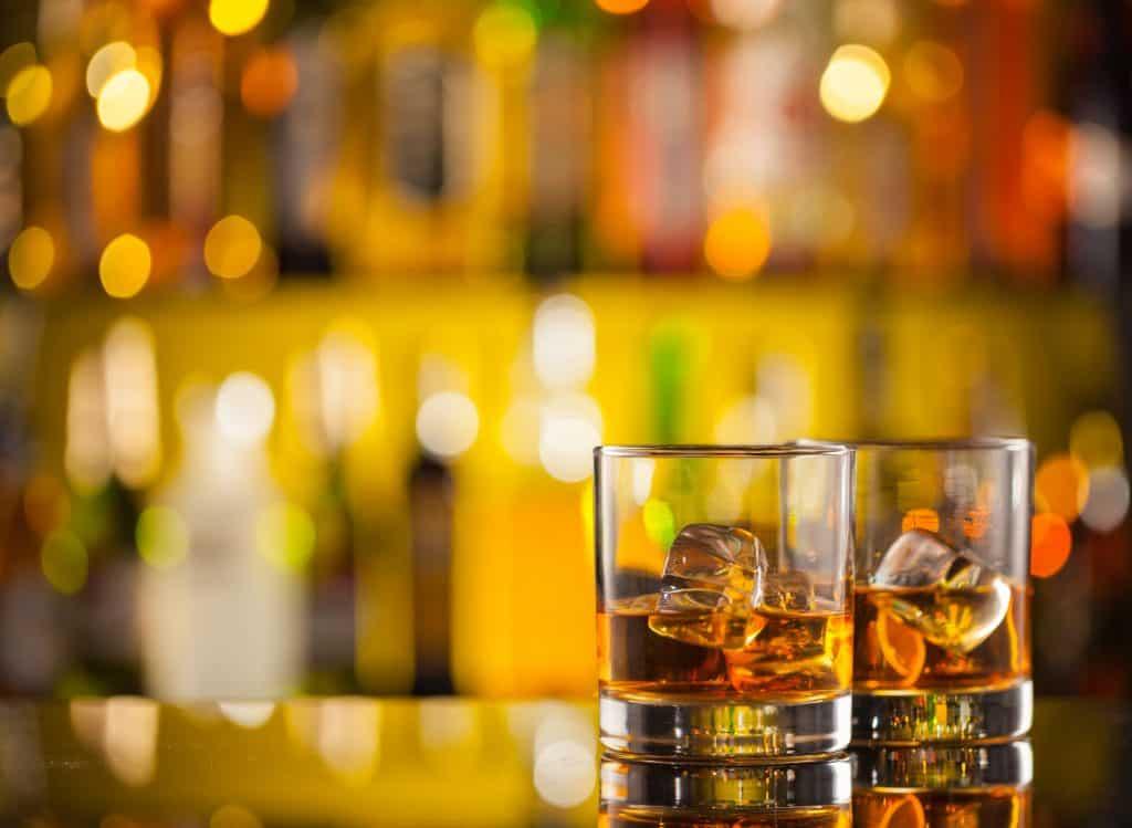 Dois copos de whisky com gelo