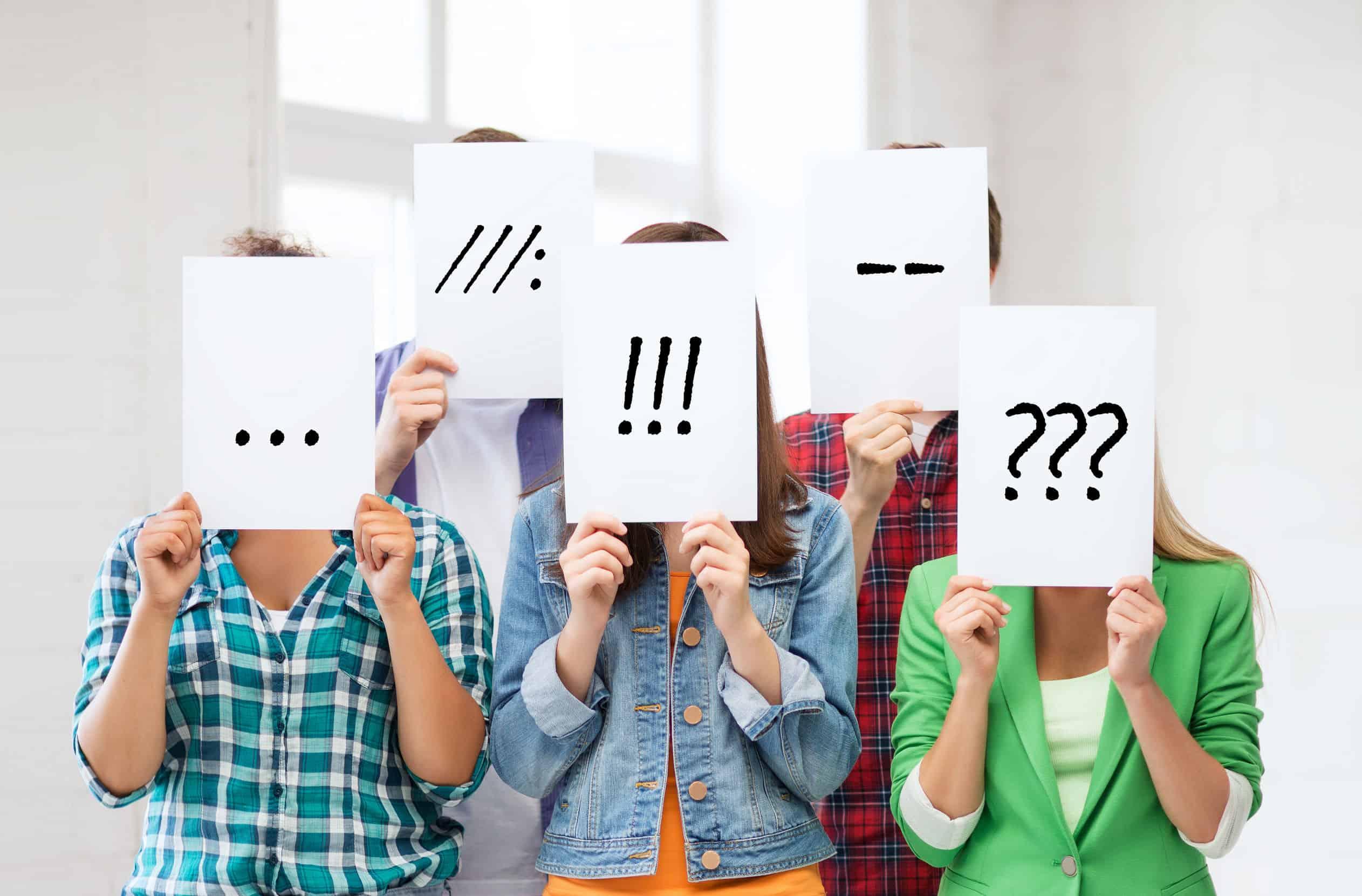 Imagem de pessoas com rostos cobertos com perguntas.