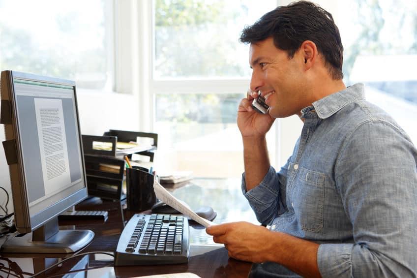 Imagem de homem em escritório.