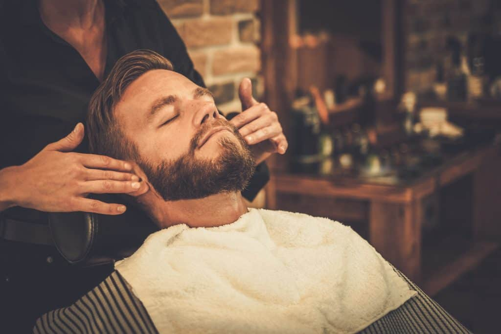 Homem na barbearia.