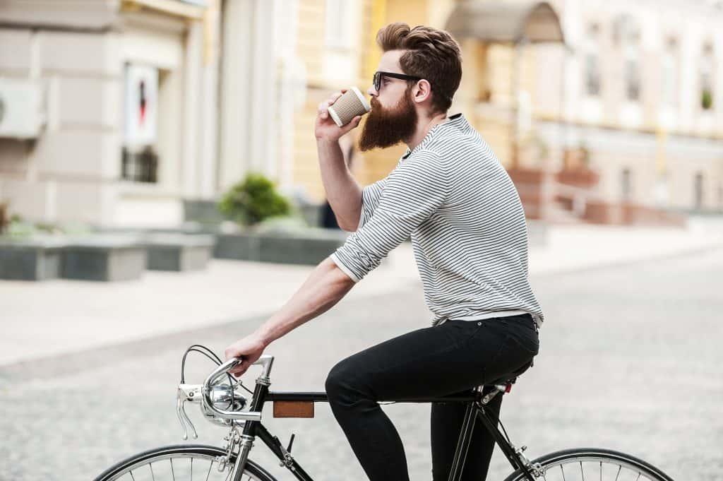 Imagem mostra um homem pedalando
