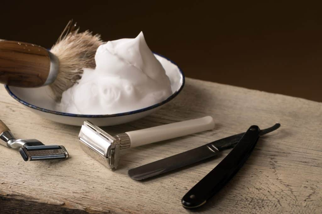 Imagem de creme para barbear e outros acessórios.