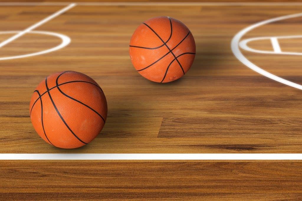 Bolas de basquete em quadra.