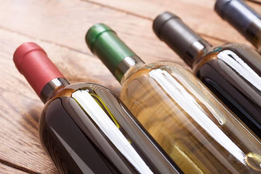 quatro garrafas de vinho deitadas em close