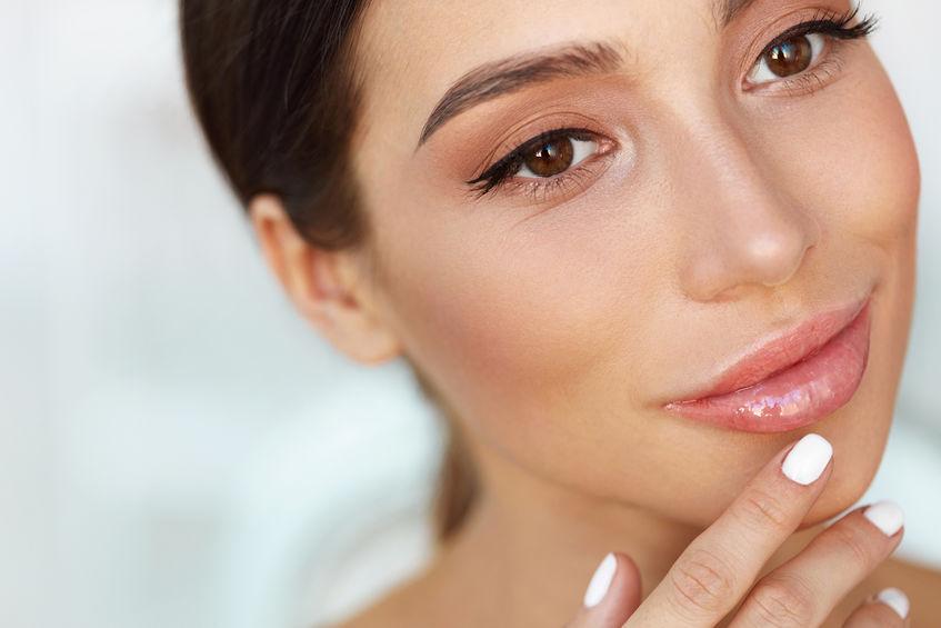 Mulher com maquiagem natural