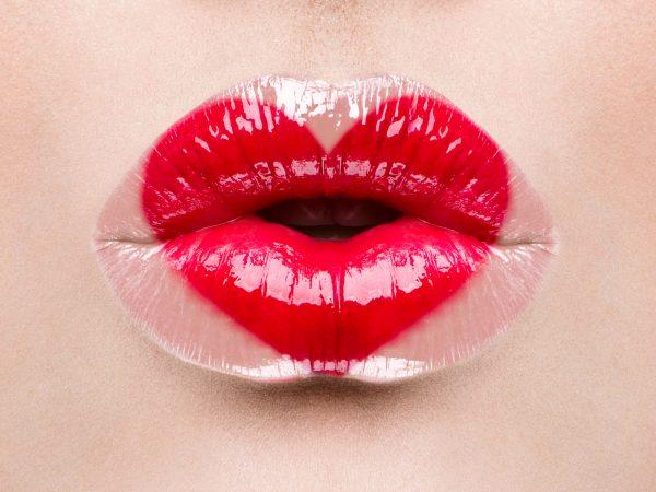 Imagem de boca feminina com batom vermelho.