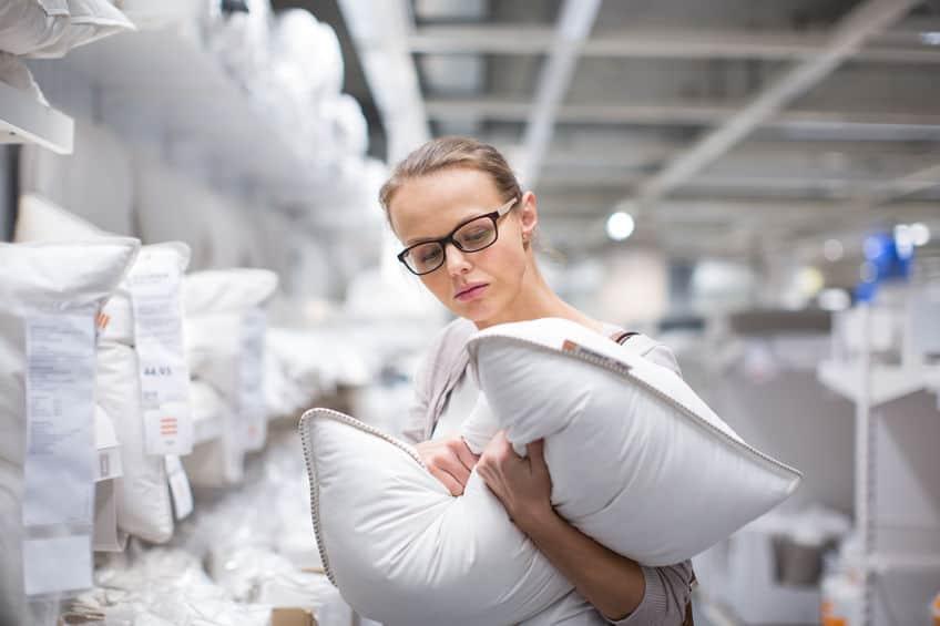 Imagem de mulher segurando o travesseiro e analisando.