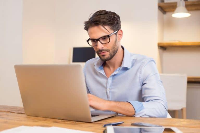 Homem trabalhando com notebook.