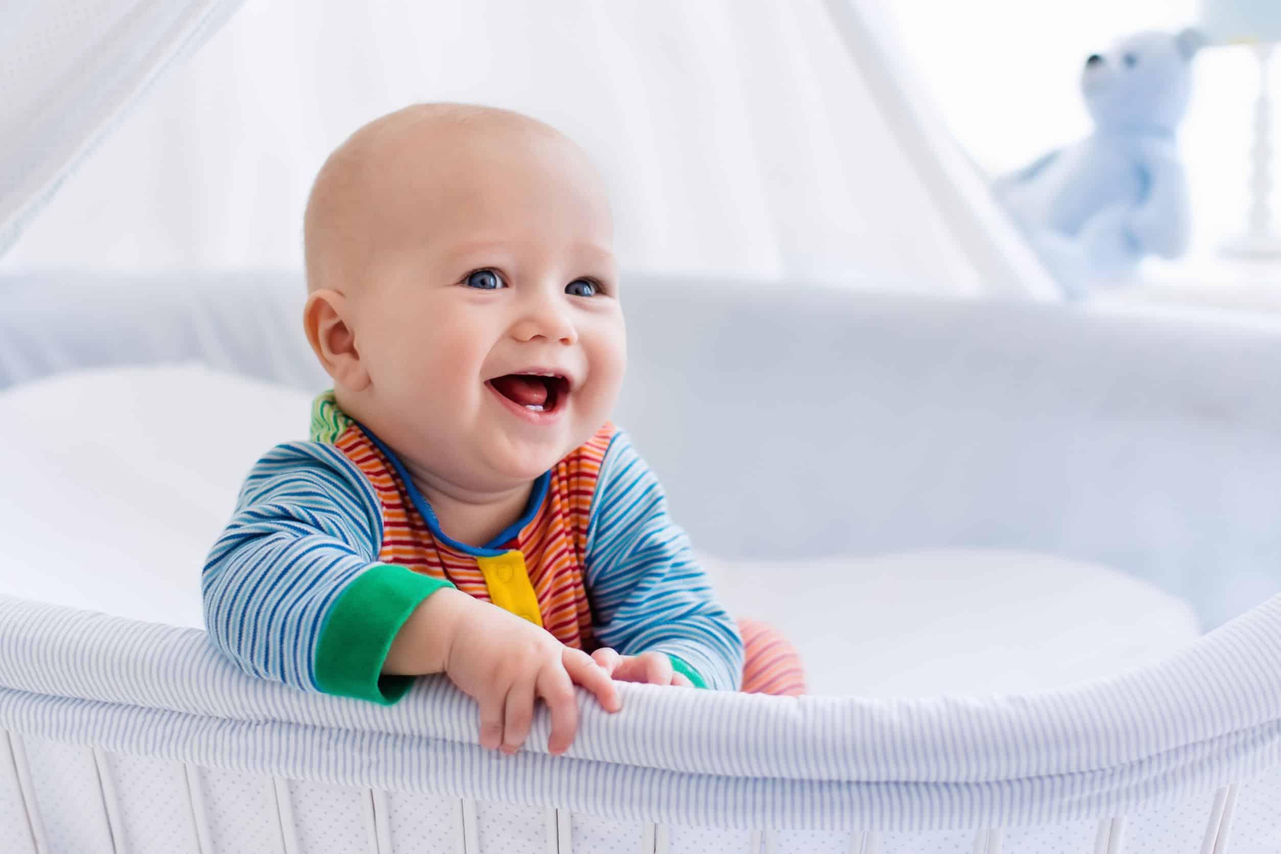 Bebê sorridente num berço