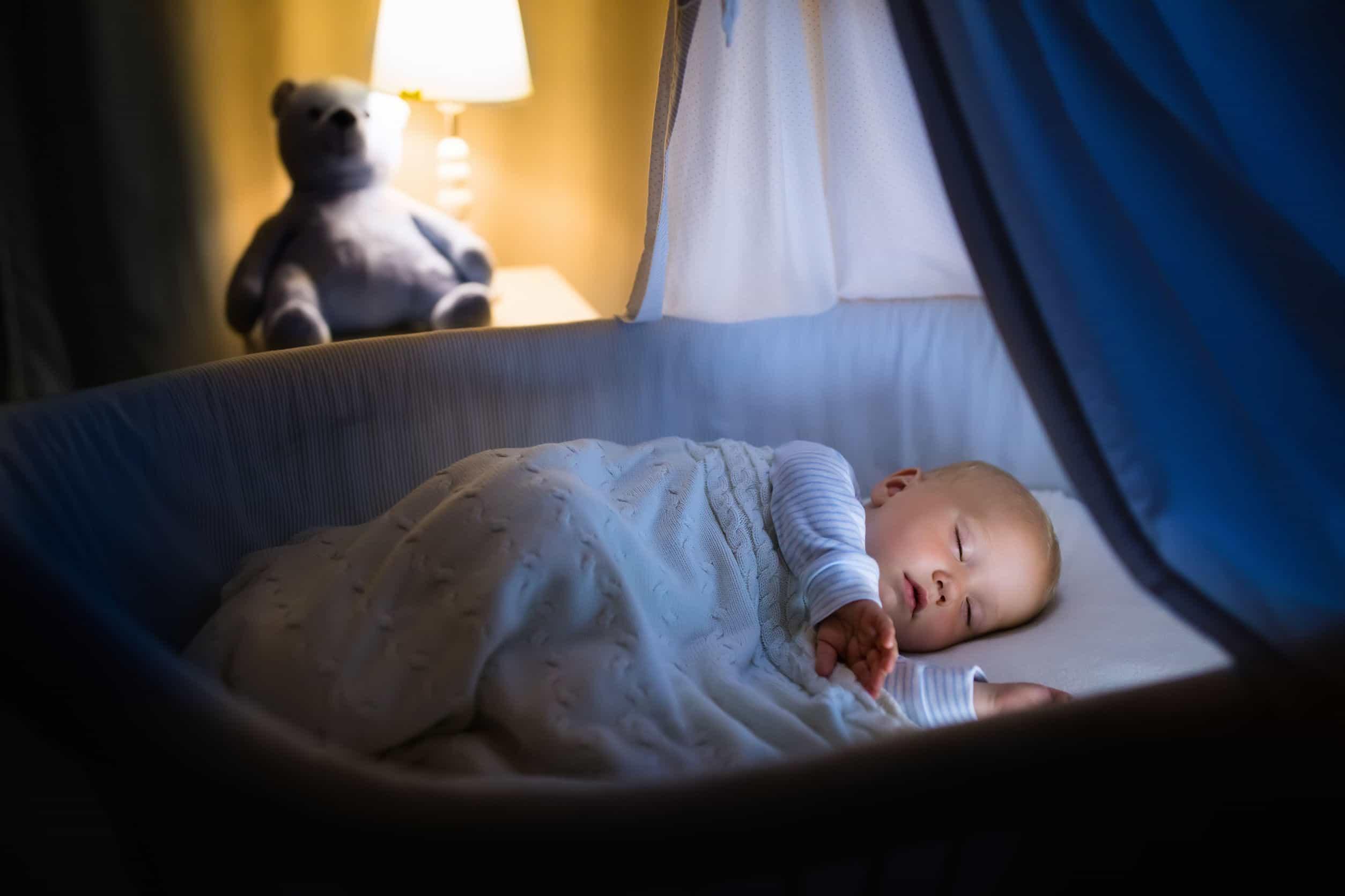 Bebê dormindo em berço à noite