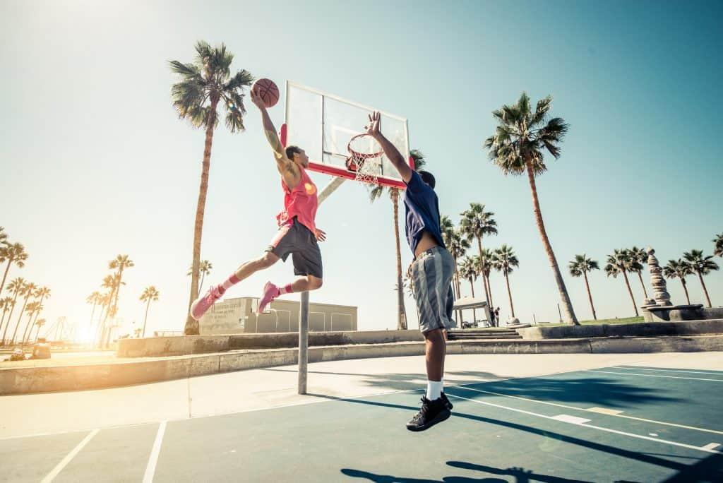 Imagem de dois homens jogando basquete.
