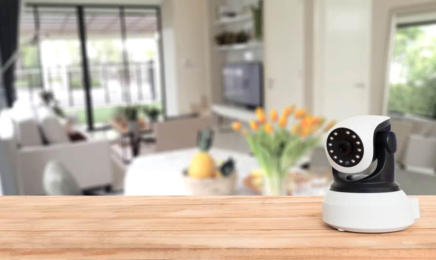 Imagem de câmera IP em sala de casa.
