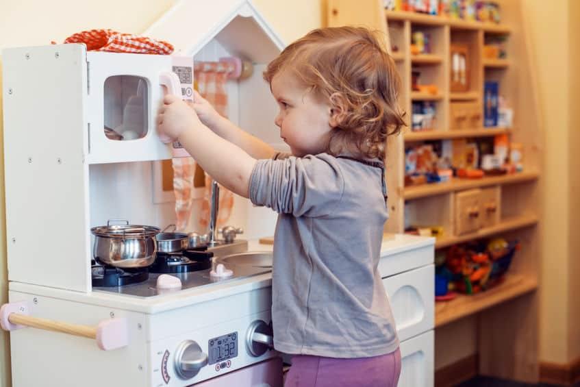 Menina brincando com cozinha.
