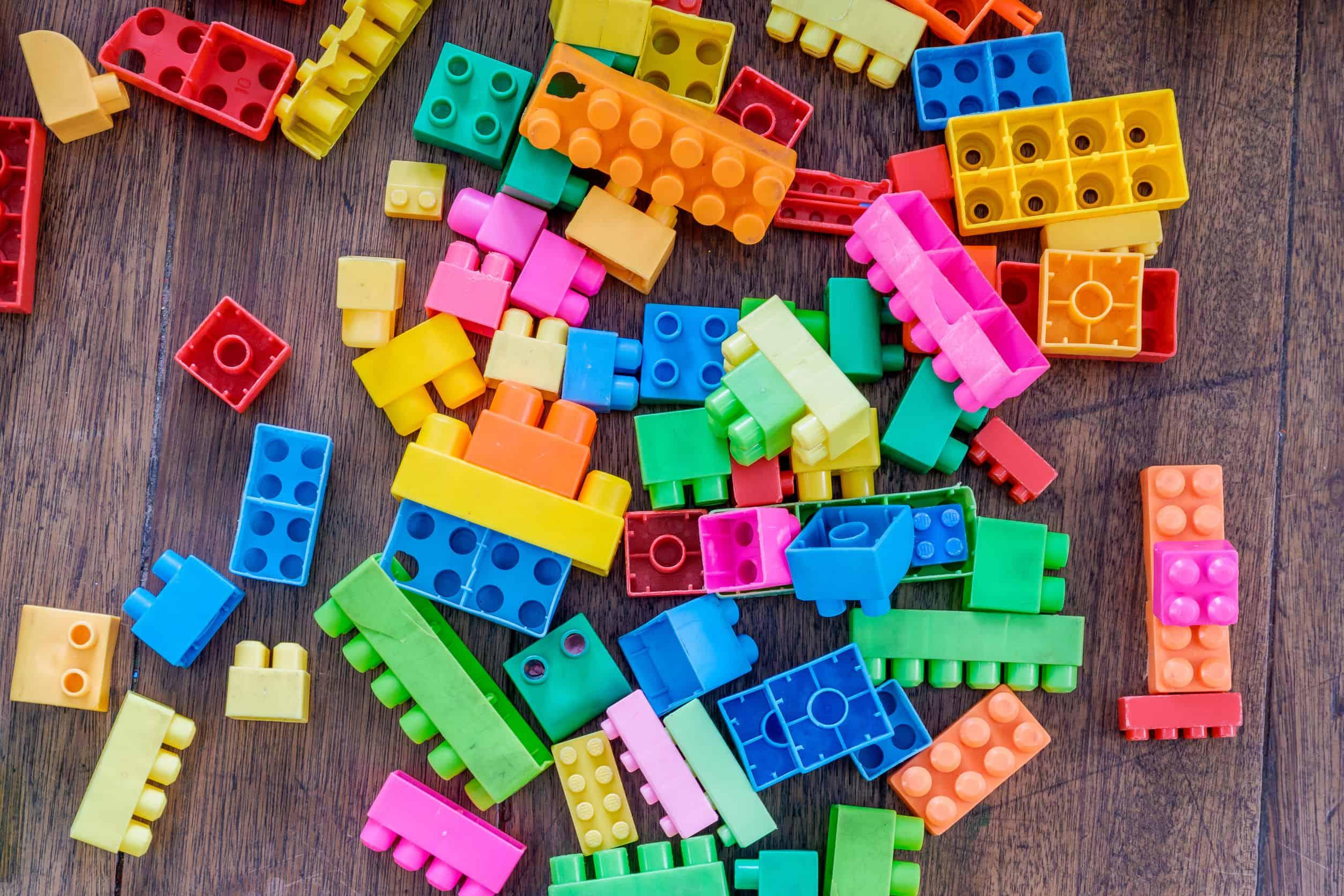 Imagem mostra peças coloridas de lego.