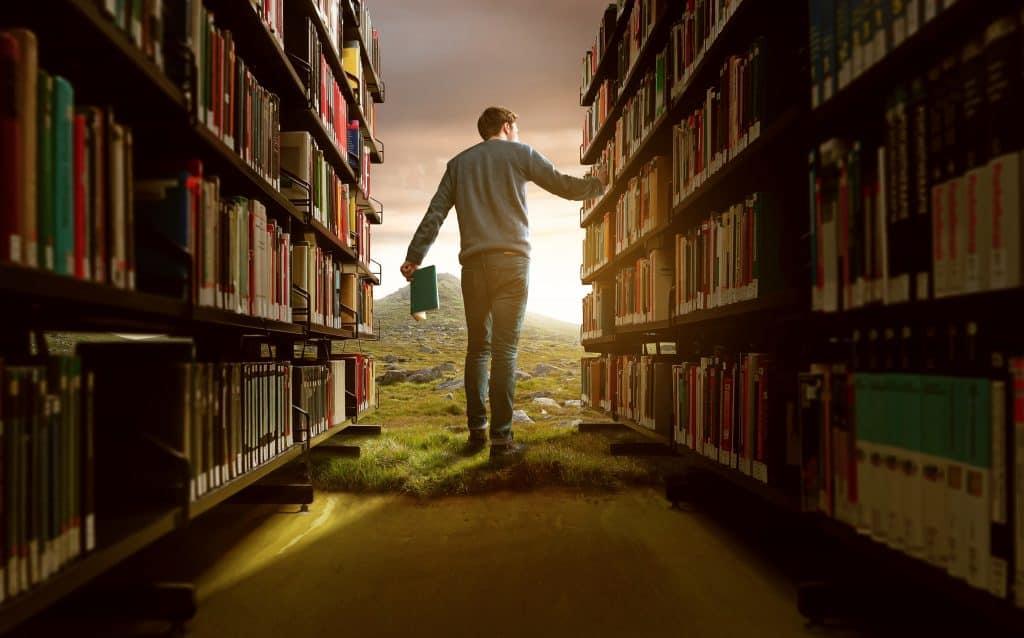 Imagem de homem em biblioteca.