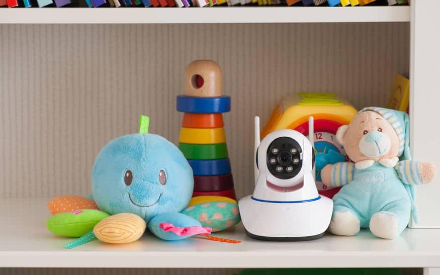 Câmera IP junto a brinquedos.