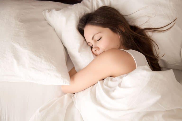 Mulher dormindo.