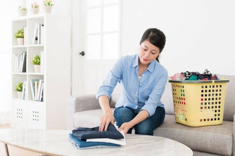 Imagem de mulher organizando roupas.