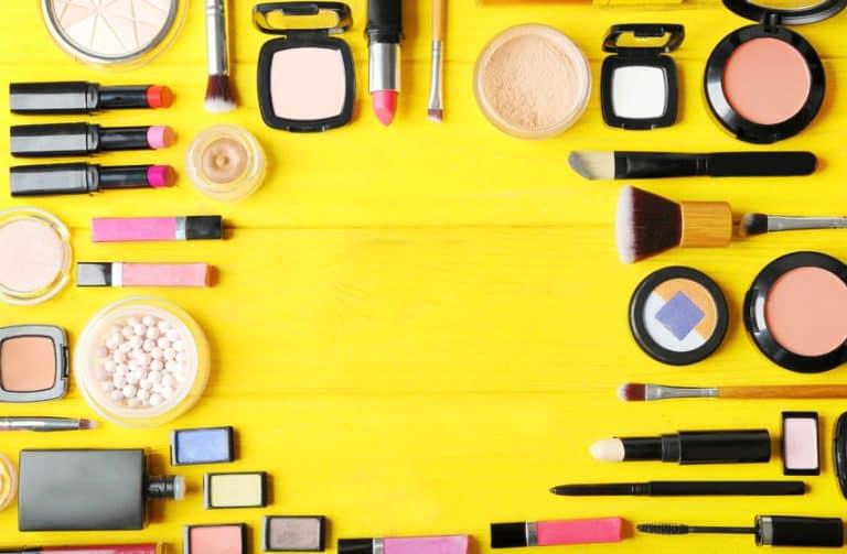 Diversos tipos de maquiagem.