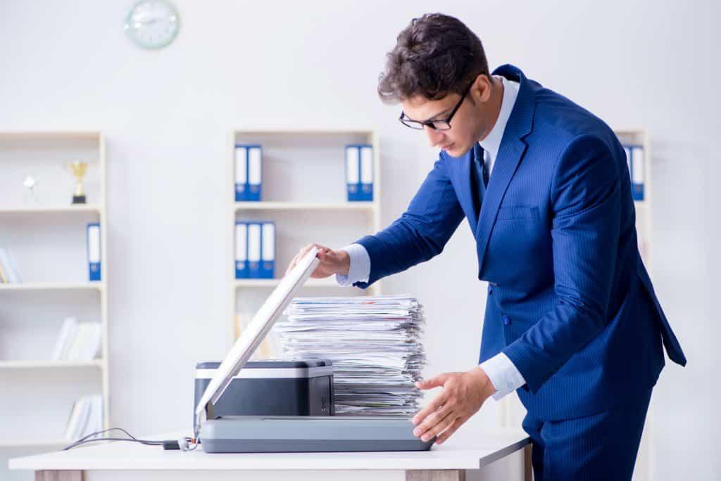Imagem de homem escaneando arquivo.