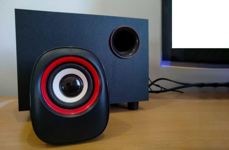 Imagem de caixa de som sobre mesa.